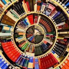 Symbolbild Blick in eine Bibliothek