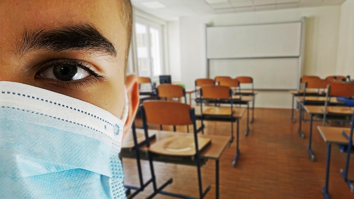 Student mit Maske im Seminarraum