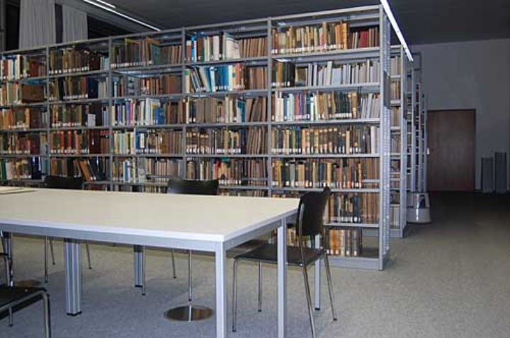 Photo: Einzelarbeitsplatz in der Institutsbibliothek.