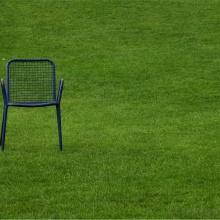 Symbolbild Auszeit (Stuhl im Grünen)