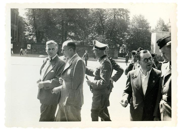 """Berlin-Reise: Funktionäre der Kanzlei des Führers mit Niemann (Mitte) auf dem Boulevard """"Unter den Linden"""" (im Buch S. 237) (c) © United States Holocaust Memorial Museum (USHMM)"""