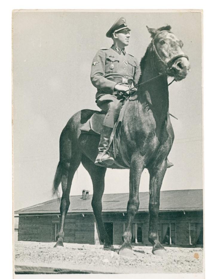 Sobibor: Johann Niemann zu Pferd auf der Rampe (im Buch S. 180) (c) © United States Holocaust Memorial Museum (USHMM)