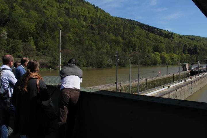 Studierendengruppe bei der Besichtigung einer Neckarschleuse (c) Frank Jakob